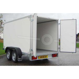 Twins Trailers tandemas gesloten aanhangwagen, afmeting 257x132x180 cm, met twee achterdeuren, bruto laadvermogen 2000kg.