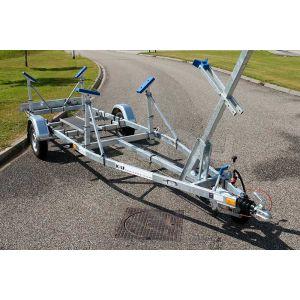 Enkelasser kielboottrailer Kalf Basic 1300-57 afmeting 620x210cm met een bruto laadvermogen van 1350kg (980 netto)