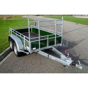 Voorzijde van de Power Trailer geremde tandemasser aanhangwagen, afmeting 257x132cm, groene betonplex borden, bruto laadvermogen 2700kg ongeremd