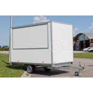 Power Trailer ekleasser casco verkoopwagen met wielen onder de wagen. Afmeting 307x200x220cm (lxbxh). Bruto laadvermogen1350 kg. Opbouw uit wit glad plywood panelen. Grote verkoopklep aan de rechter zijkant.