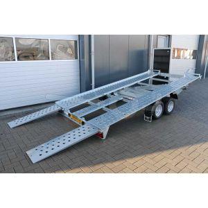 Kantelbare autotransporter Blyss Sonda II, afmeting 400x195cm, bruto laadvermogen 2500kg, laadvloerhoogte 56cm. Achteraanzicht bij gekantelde laadvloer met opgelegde oprijplaten.