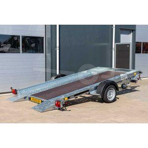 Martz enkelas kantelbare autoambulance met betonplex laadvloer achteraanzicht in gekantelde positie