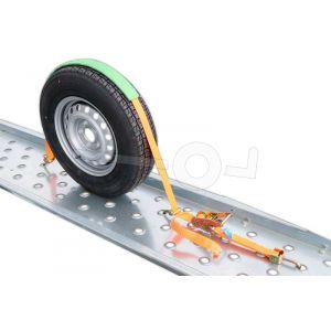 Oranje spanband over het wiel van een auto met bevestigingshaken