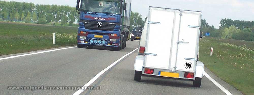 aanhangwagen op verkeersweg met verkeer