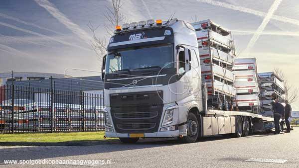 Vrachtwagen met lading aanhangers voor de verkoop